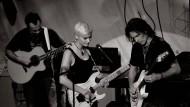 Yasi Hofer stand mit ihrem Idol Steve Vai (rechts) schon als Teenager auf der Bühne – seitdem jammen die beiden immer wieder, sobald Vai nach Deutschland auf Tour kommt.