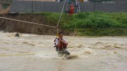 Menschen mit Seilen aus Häusern gerettet
