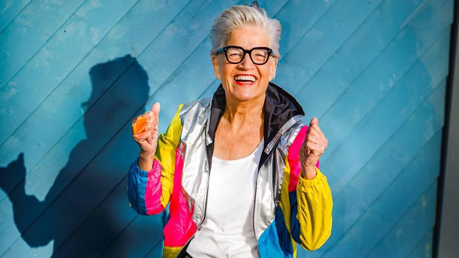 Die Youtuberin Greta Silver inszeniert sich als energiegeladener Oldie.