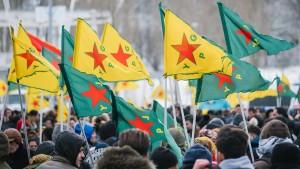Tausende Kurden demonstrieren in Hannover