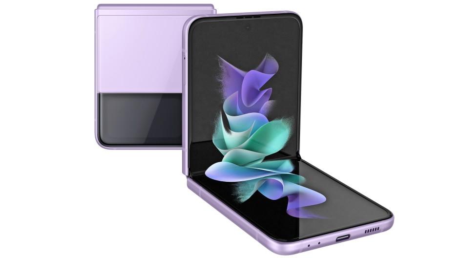 Aufgeklappt: Das Samsung Galaxy Z Flip 3 passt perfekt in so gut wie jede Hosentasche.