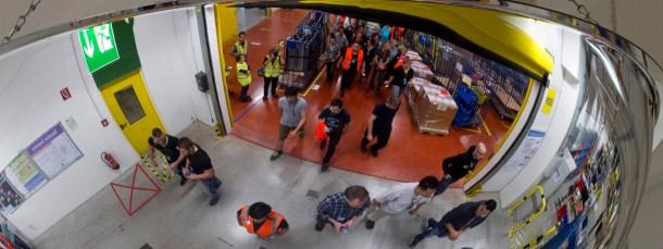 Wir sehen alles: Mitarbeiter von Amazon in einem Deckenspiegel bei Schichtwechsel im Vertriebszentrum Koblenz