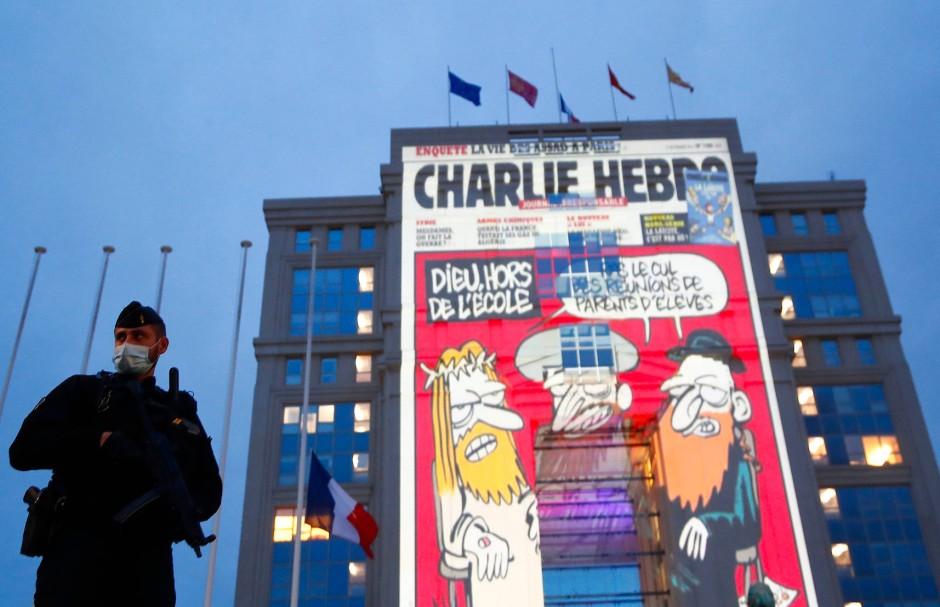 """Die Projektion einer Karikatur der Satirezeitschrift """"Charlie Hebdo"""" an einer Fassade in Montpellier nach dem Tod von Samuel Paty"""