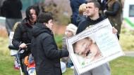 Vor dem Kinderkrankenhaus in Liverpool solidarisieren sich die Menschen mit Alfie Evans.