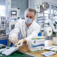 Hier schafft der Chef: Tim Kerber, Sohn des Geschäftsführers, verpackt die heißbegehrten Masken aus Kelkheimer Produktion.