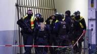 Polizisten sichern ein Haus in Kreuzberg nach einer Schießerei im Dezember