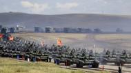 """Chinesische Panzer rollen über das Übungsgelände """"Tsugol"""" in Ostsibirien, etwa 250 Kilometer südöstlich der Stadt Tschita."""