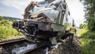 Zugunfall: An einem Bahnübergang bei Großen-Buseck sind ein Zug und ein Lkw kollidiert. Es gab mehrere Verletzte unter den 50 Fahrgästen.