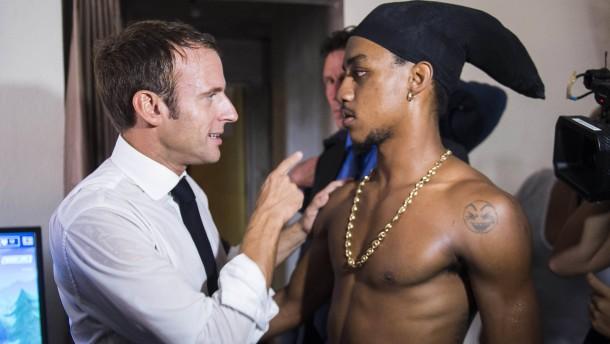 Le Pen empört sich über Stinkefingerfoto mit Macron