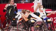 Mussten sich gegenseitig trösten: Die deutschen Rollstuhl-Basketballerinnen nach ihrem Aus bei den Paralympics.