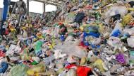 In einer Wertstoffaufbereitungs- und Sortieranlage in Erfurt wird Müll vorsortiert.