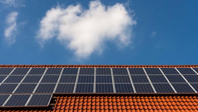 Solarzellen in Barsinghausen (Niedersachsen) auf einem Ziegeldach