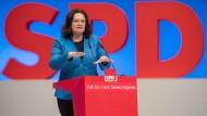 Will einen Ausgleich schaffen: Wenn Unternehmen ihre Angestellten nach Tarif bezahlen, will die SPD sie steuerlich besser stellen. Parteichefin Andrea Nahles beschäftigt sich am Sonntag um am Montag mit dem Papier.