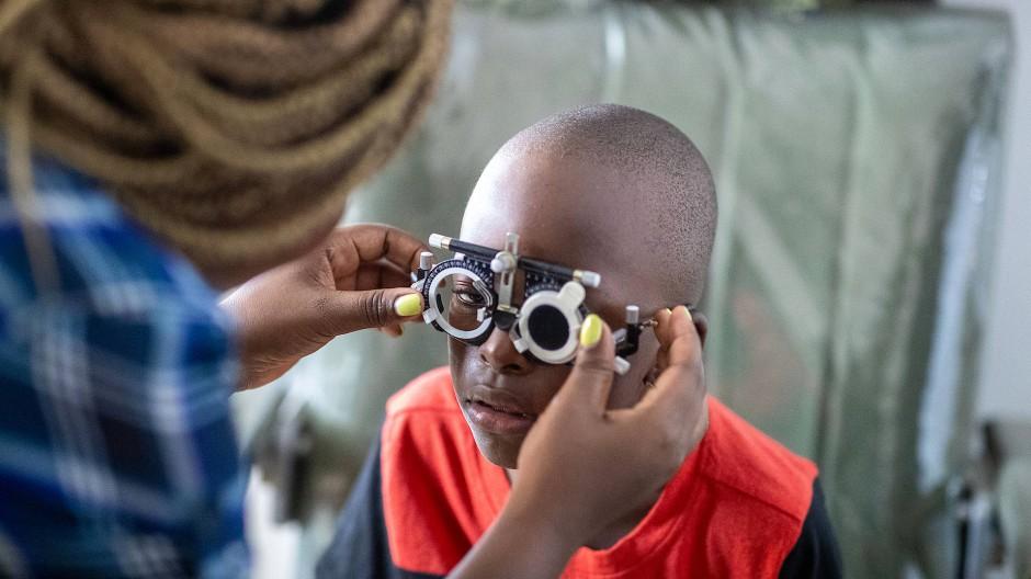 Unterstützung für ein besseres Leben: In Kenia wird Mohameds Sehkraft ermittelt.