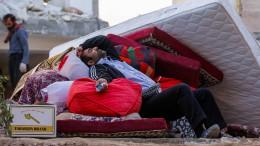 Zehntausende Iraner verbringen die Nacht im Freien