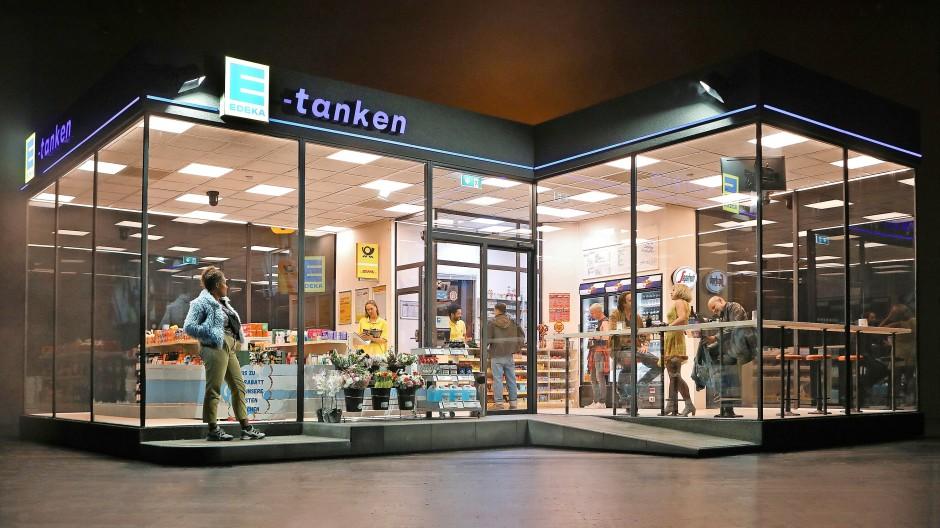 """Möglichst viel reden, um die innere Leere zu übertönen: In  Simon Stones Tankstelle am Stadtrand Münchens tummeln sich jede Menge Auslaufmodelle der Gegenwart. Szene aus """"Unsere  Zeit"""""""