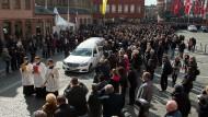 Ein Trauerzug für Karl Kardinal Lehmann fuhr über den Marktplatz durch die Mainzer Altstadt zum Dom.