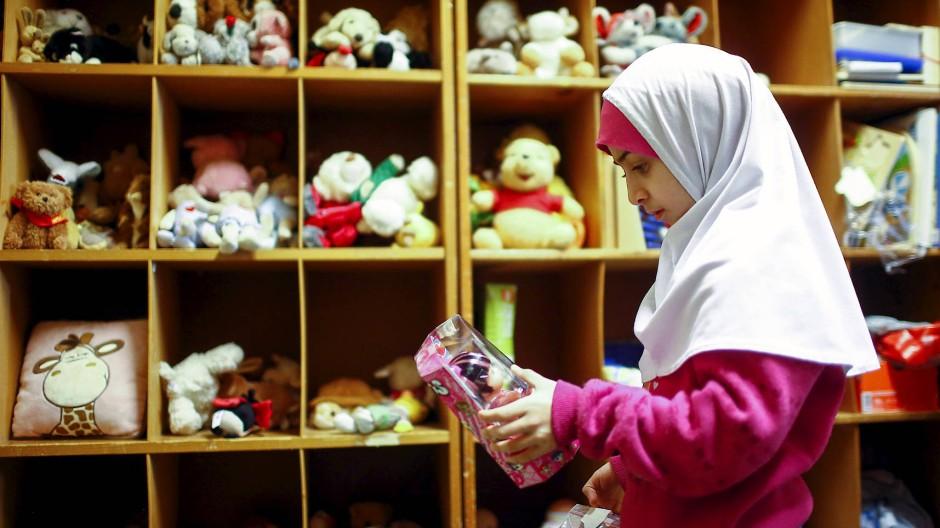 Erste Integrationsschritte: Flüchtlingskind in einem Aufnahmelager