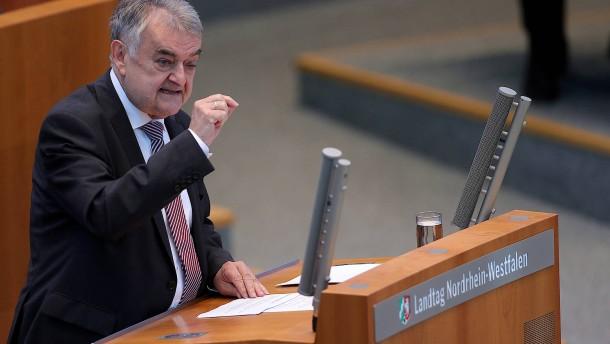 NRW Innenminister Reul: Polizisten sollten NS-Gedenkstätten besuchen