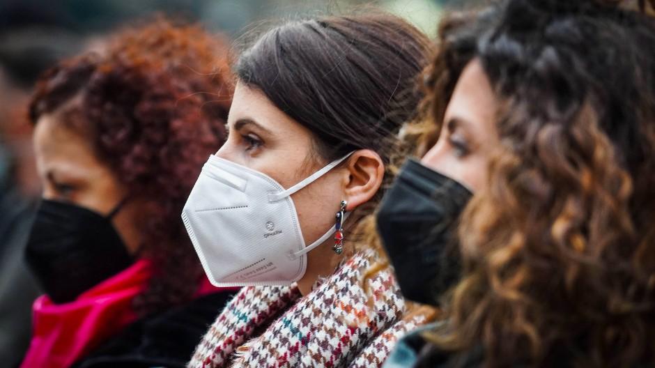 """Zappitellis Erbe: Frauen auf einer Demonstration der Bewegung """"Non una di Meno"""" in Neapel (Symbolbild)"""