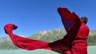 Ein Mönch in der Nähe eines Sees im nationalen Feuchtgebietspark im Südwesten der autonomen Region Tibet (Symbolfoto)