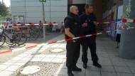 """Zu diesem Bild schrieb die Polizei auf Twitter: """"Rund 40 Kolleginnen & Kollegen sichern den Einsatzort in #Schöneberg. Anwohner wurden gebeten, sich in rückwärtige Gebäudebereiche zu begeben."""""""