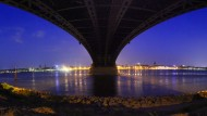 Morgenstimmung: Blick unter der Theodor-Heuss-Brücke hindurch auf das Mainzer Rheinufer. Am 27. Oktober findet in der rheinland-pfälzischen Landeshauptstadt der erste Wahlgang der Oberbürgermeisterwahl statt.