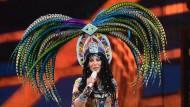 """Auch wenn Cher hier eher aussieht wie ein Pfau: Beim zoophilen Bild-Reporter Norbert Körzdörfer stöckelte sie """"wie ein sexy Storch""""."""