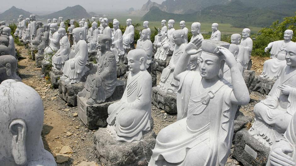 Die Armeen von Buddha-Figuren breiten sich unaufhaltsam über das ganze Land aus.