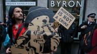 Keine Lust auf Burger: Ein Demonstrant vor der Byron-Filiale in Holborn