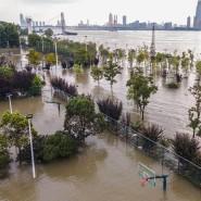 Unter Wasser stehende Sportplätze sind womöglich erst der Anfang: Die Behörden sagen voraus, dass das Schlimmste noch bevorstehe.