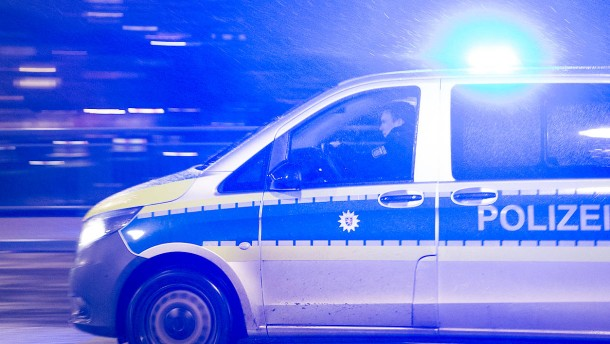 Jugendliche lösen Polizeieinsatz aus - Feuerwehr findet Toten