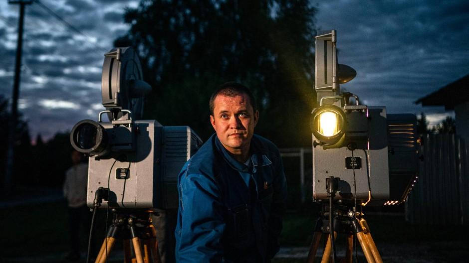 In der Kleinstadt Jermolino, etwa 50 Kilometer außerhalb von Moskau, veranstaltet der Filmvorführer Alexander Mamajew ein Freiluftkino mit alten Filmen, die er gesammelt hat.
