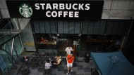 Vor einem Starbucks-Café