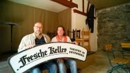 """Der """"Fresche Keller"""": Michael Glebocki und Dorothee Arden auf der Sommerbühne ihres Dorfladens."""