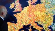 Oberstaatsanwalt Georg Ungefuk bei der Zentralstelle zur Bekämpfung der Internetkriminalität (ZIT) vor einer Animation, die Cyberangriffe auf europäische Computer während einer Dauer von 30 Tagen zeigt.