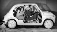 Zurück in die Zukunft? Der Familienausflug im kleinen Fiat 500 anno 1957 könnte im EU-Parlament Anhänger finden.