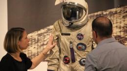 Mondsteine, Raumanzüge und Einstein-Bibel werden versteigert