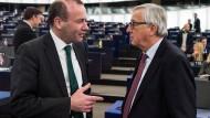 Unterhalten sich hier der neue und der alte Kommissionspräsident? Manfred Weber (l.) und Jean-Claude Juncker (r.) im Januar in Straßburg