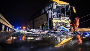 Belgischer Reisebus in Bayern verunglückt