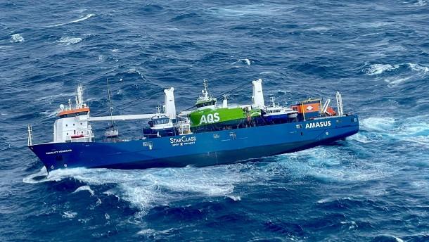 Niederländisches Frachtschiff treibt und droht zu kentern