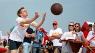 Ein Gewinner unter vielen Verlierern? Daniel Günther trainiert am Start der Sportabzeichen-Tour.