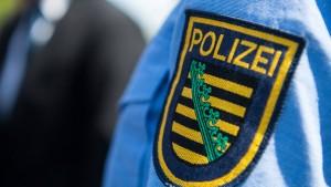 Umzingelter Polizist in Dresden droht Demonstranten mit Schusswaffe