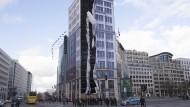In Fetzen: Eine Plane am Baugerüst am Potsdamer Platz in Berlin