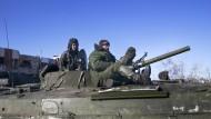 Prorussische Separatisten sitzen auf einem Panzer in der Nähe von Debalzewe.