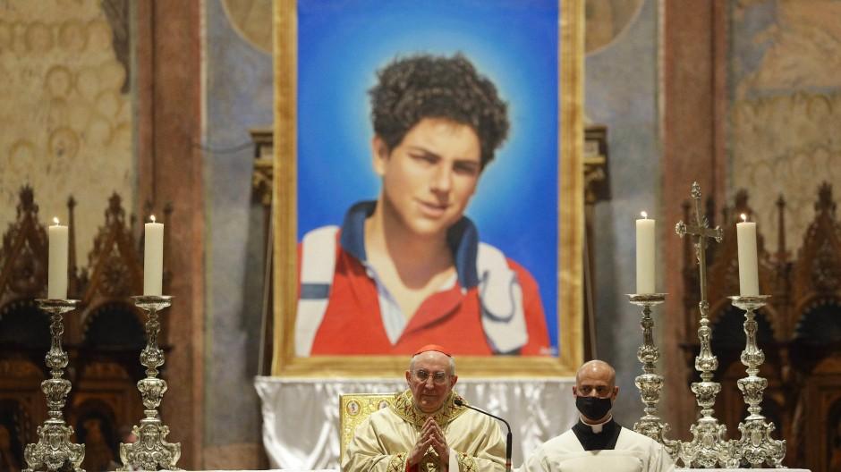 Ein Bild von Carlo Acutis hängt in der Basilika San Francesco, in der der 2006 gestorbene Teenager selig gesprochen wird.