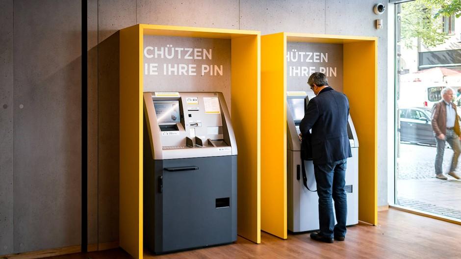 Abheben am Bankautomaten in einer Filiale in Frankfurt