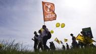 Attac fährt viele unterschiedliche Kampagnen: Mal geht es gegen die Finanzindustrie, mal wie hier gegen Atomkonzerne.