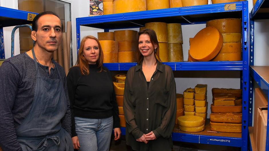 Omar Rock, Lotte Schöpf und Sabrina Kratz (von links) haben ein Verfahren zur Herstellung von Bienenwachstüchern entwickelt.