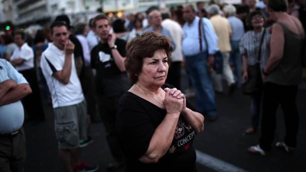 Athen muss Gehälter und Renten kürzen